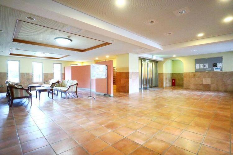 「エントランス」広々としたエントランスホール。24時間受取可能な宅配ボックスも完備されています。