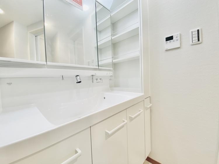洗面台には三面鏡を採用。身だしなみを整えやすく 収納もたっぷり。