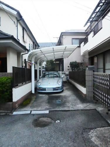 屋根付きカーポートのある家の画像