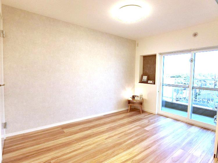 お部屋には程よく採光がはいり、過ごしやすい居住空間です。窓を開放すると自然換気が可能で、清潔感も保ちやすいです。