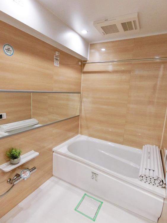 一日の疲れを癒してくれる、半身浴も可能な、広々とした浴槽。