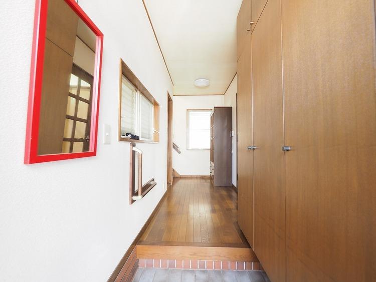 玄関には大きなシューズクローゼット。ご家族の靴をたくさん収納できるので、玄関はいつもすっきり。