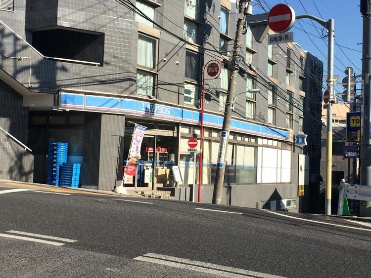 ローソン三田4丁目店まで211m。スローガンは「マチの健康ステーション LAWSON」。