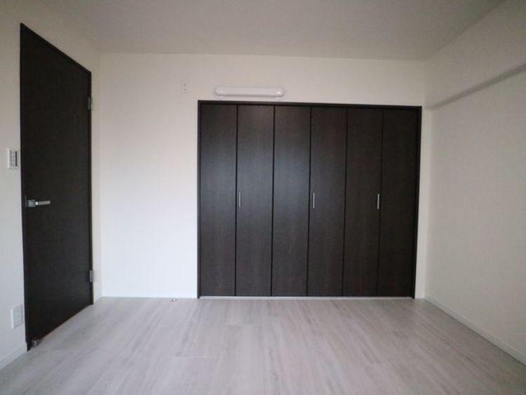 使い勝手の良い大型クローゼットが付いた洋室。約6.4帖と広々とした空間でインテリアを楽しんでください。
