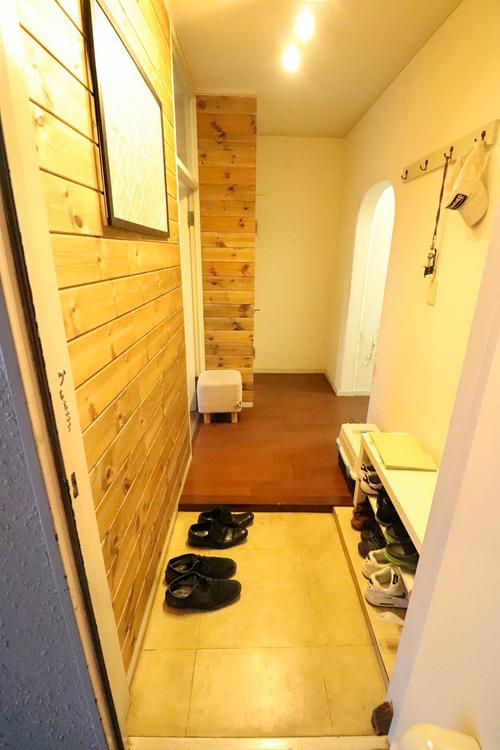 お客様がお見えになった際に一番最初に目につく玄関は明るく清潔感があります。