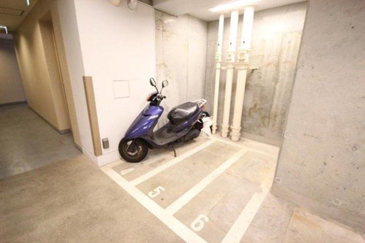 バイク置場も屋内にございます。
