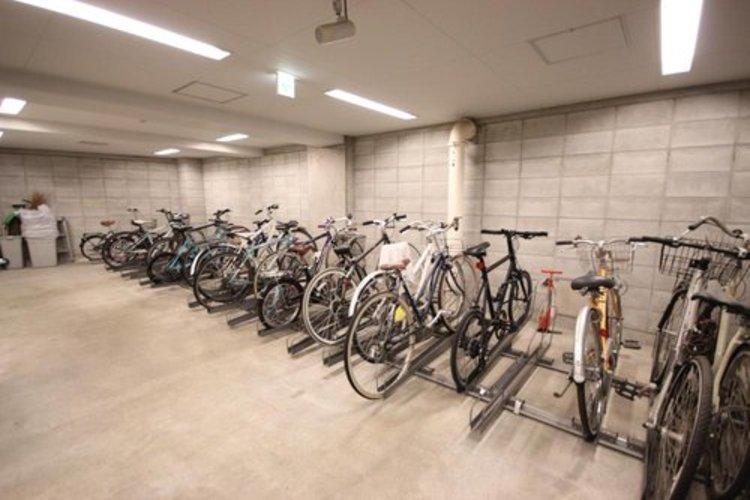 広々とした屋内自転車置場。雨を気にせず愛車の管理も簡単です。