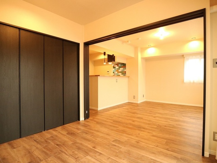 リビングと隣接の洋室は、可動ドアを開くと広々空間になります。家族構成の変化にも柔軟に対応するための工夫をいたしました。