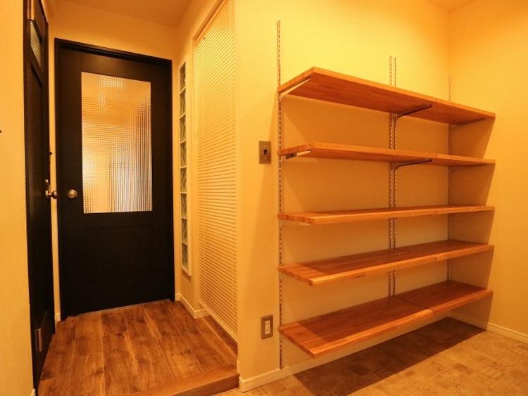 玄関扉を開けると広々としたスペースがあります。大容量のシューズインクローゼットもあって、収納スペースも十分です。