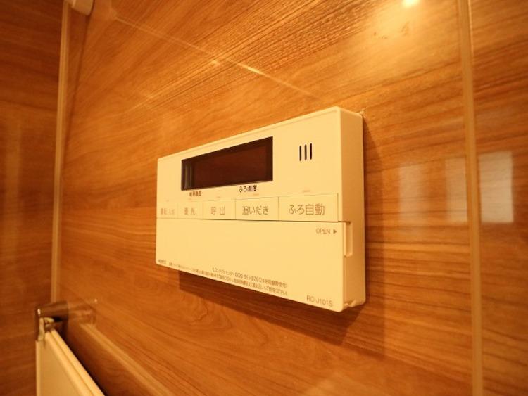 お風呂のリモコン。お風呂から台所リモコンへ呼出し機能もついてるので、安心です。