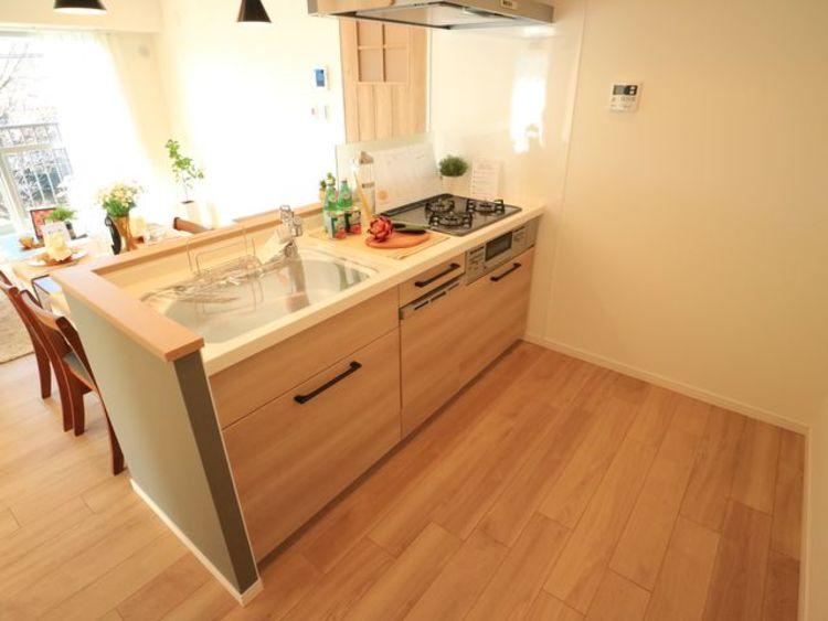 清潔感のある対面キッチンは、家事をする奥様とリビングにいるご家族を優しくつなぎます。