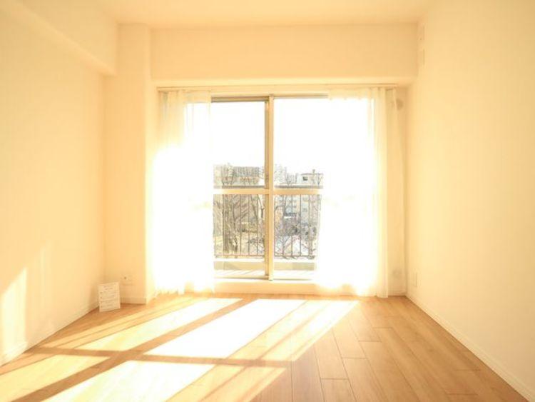 朝日が差し込む開放感のある窓、早起きが楽しみになります。