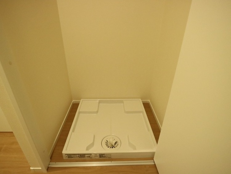生活感が出ないよう、洗濯機を扉の中へ収納し、普段は見えないようにしました。