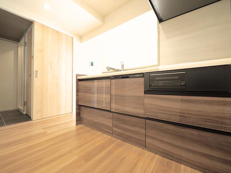 落ち着いた色調のシステムキッチンには浄水器と食洗器を完備