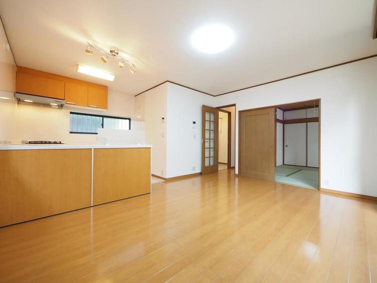 リビングの隣に使い易く配置した和室は収納も充実しております。『和むお部屋』で家族団欒の時間を過ごしてみてはいかがでしょうか。