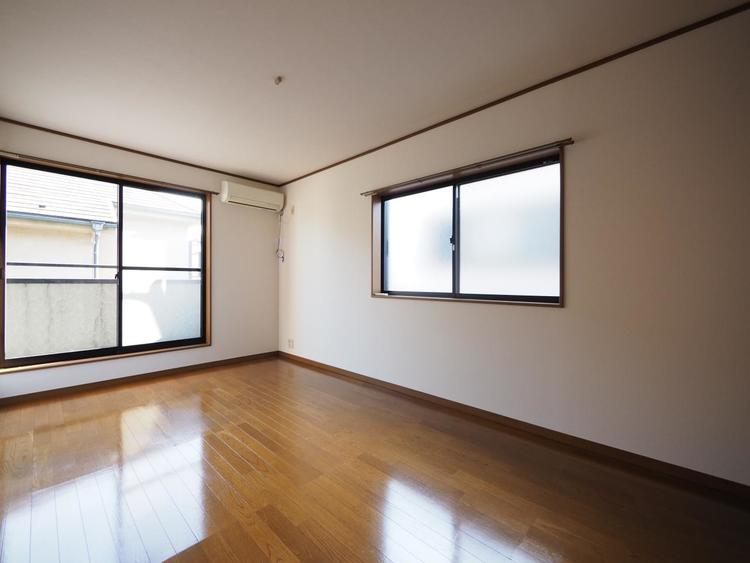 2面からの採光で明るいお部屋に仕上がりました。便利で遊び心たっぷりの小屋裏収納付。大きな収納スペースとしても使える秘密基地。