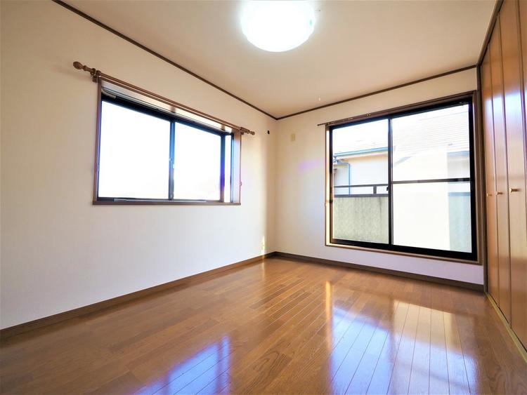 清潔感あるホワイトの壁紙と温もり溢れるカラーの床材が見事に調和した本邸宅。毎日の生活を少しでも快適に過ごして頂ける様、飽きの来ない雰囲気が大切です。