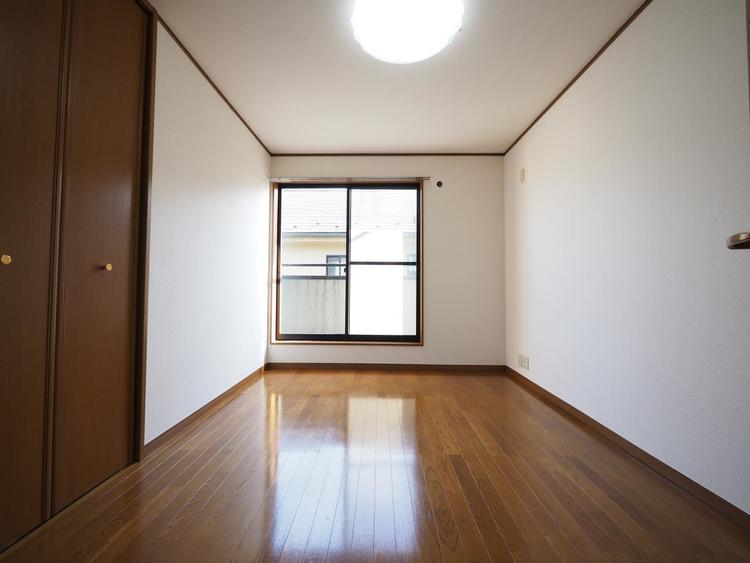 落ち着いた色合いのフローリングを採用した住まい。床の色ひとつでお部屋の印象は大きく変わります。