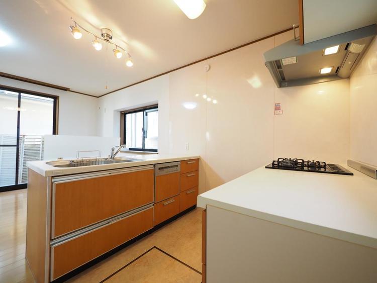 作業スペースを多くとったキッチン。夫婦そろってキッチンに立っても調理がしやすくゆとりある広さ。