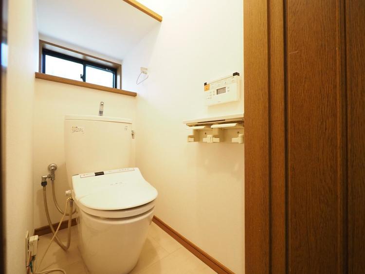 清潔さが保たれたトイレには換気がし易い様小窓が設置されています。