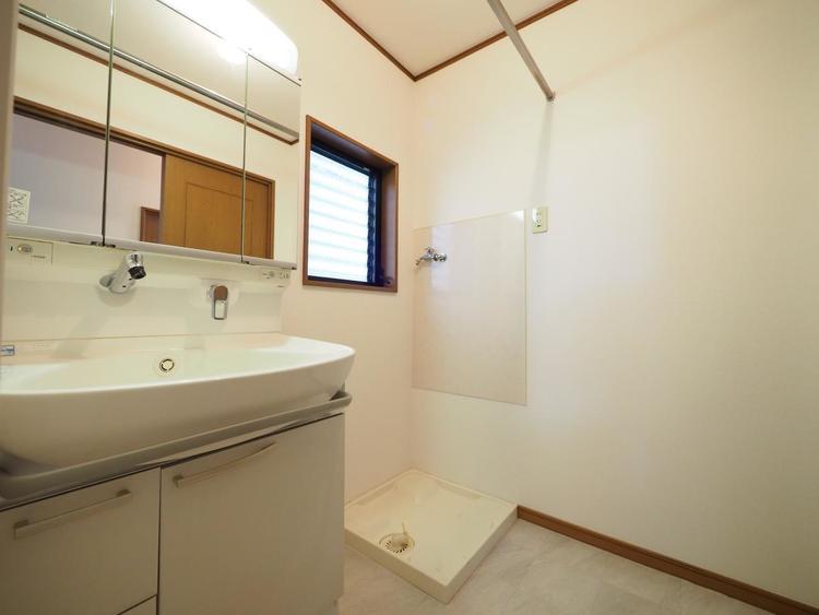 洗面台には三面鏡を採用。鏡の後ろに収納スペースを設ける事により、散らかりやすい洗面スペースをすっきりさせる事が出来るのも嬉しいですね。