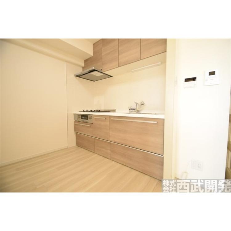 独立式のキッチンで吊り戸棚も付いて収納力有。広々システムキッチン。