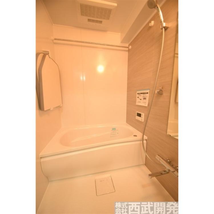 浴室にはカビの発生を抑制し、雨の日の洗濯物の乾燥にも便利な浴室換気暖房乾燥機を設置しています。最近では、暖かい部屋から寒いお風呂に入ったときの「ヒートショック」を防ぐ設備としても重宝されています。