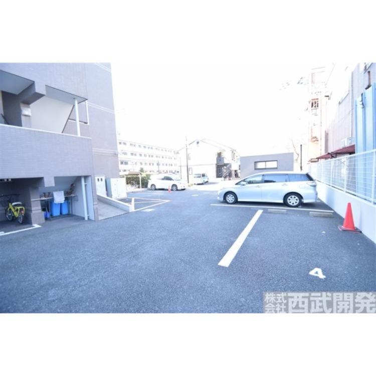 マンション敷地内の平置き駐車場です。