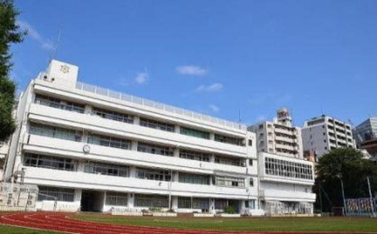 港区立南山小学校まで700m。〜世界にはばたく人づくり〜 〜地域とともに歩む学校づくり〜。