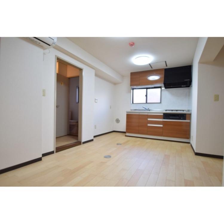 ダイニングテーブル・ソファー・TVボードなどが置ける広さです。家具をレイアウトするのも新生活スタートの楽しみの一つですね。