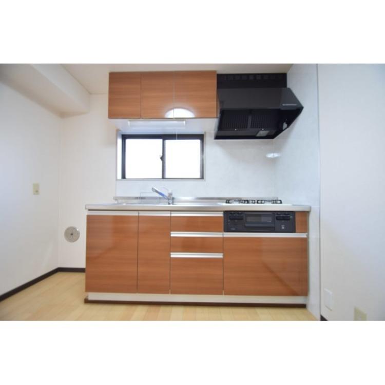 壁付けのキッチンで住空間が広く使えます。
