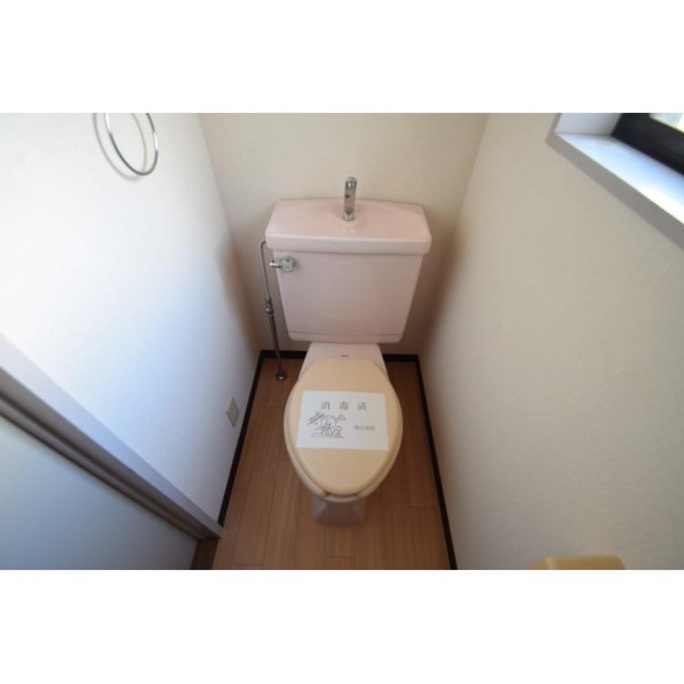 ピンク色のトイレでオシャレな空間です。