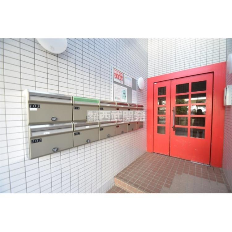 赤いドアが建物をオシャレに演出しています。