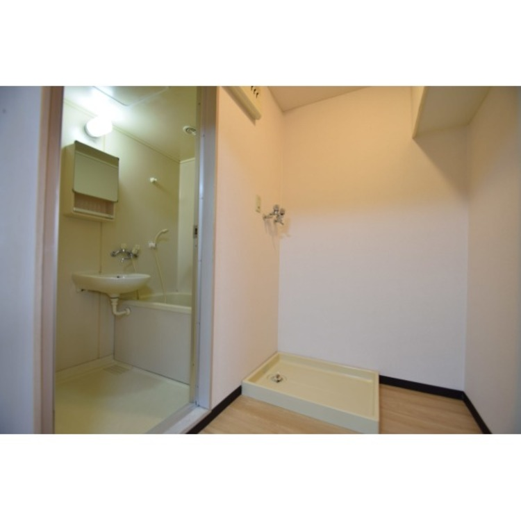 脱衣室は洗濯機置場の横に空間があるため、棚など置いて快適に使えそうです。