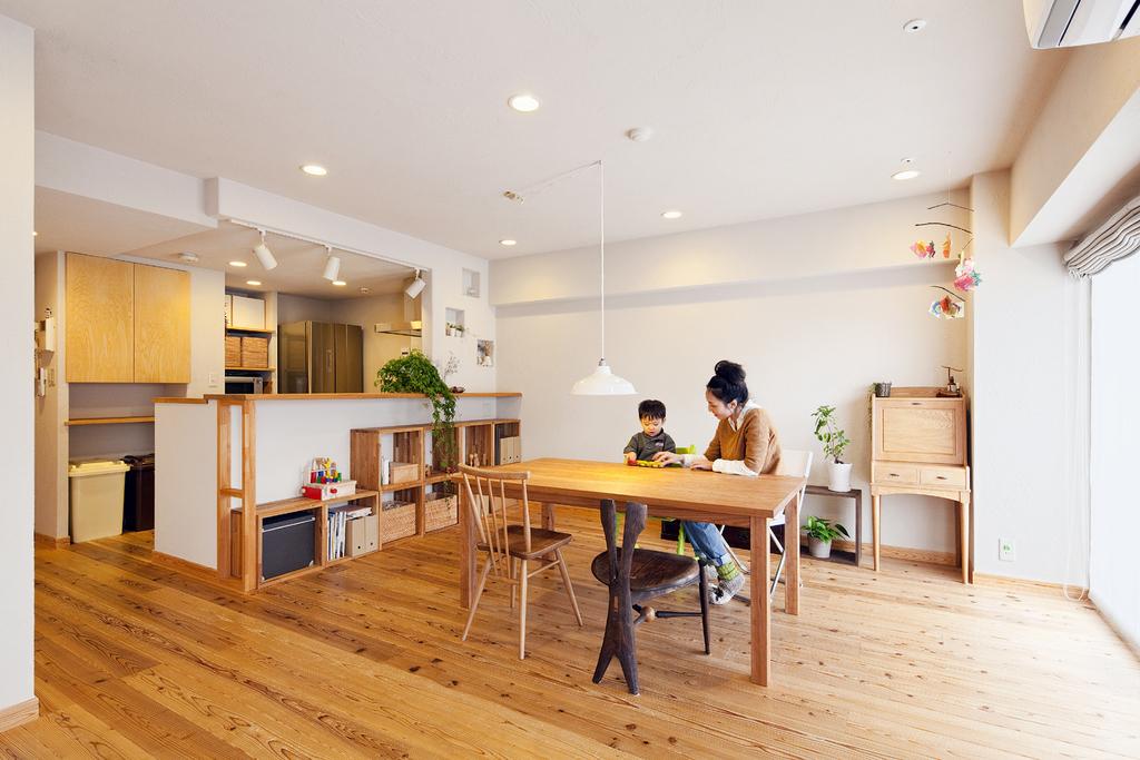 30mm厚の杉無垢フローリングがひろがるゆたかな空間。コミュニケーションの図りやすい対面式キッチン前面にカウンターを取り付け、下部にはオリジナルの収納を設けました。