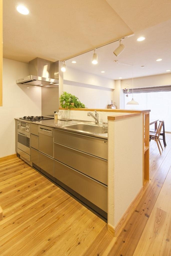対面式キッチンは、背部にパントリー収納があるので、食器や物がしまえてスッキリ開放的。料理をしながら、リビングで遊ぶお子様の様子を感じることができます。
