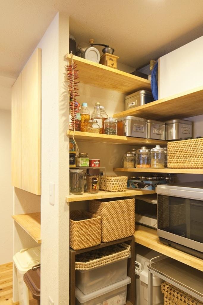 キッチン背面に機能的に組み合わせた 収納棚を設けました。