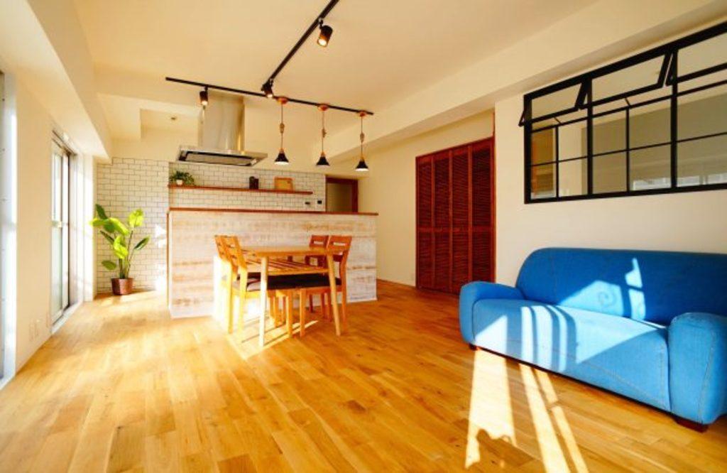 アイランドキッチンが印象的なLDK。無垢のドアやアイアンの室内窓など、本物の素材をふんだんに使用した空間です。