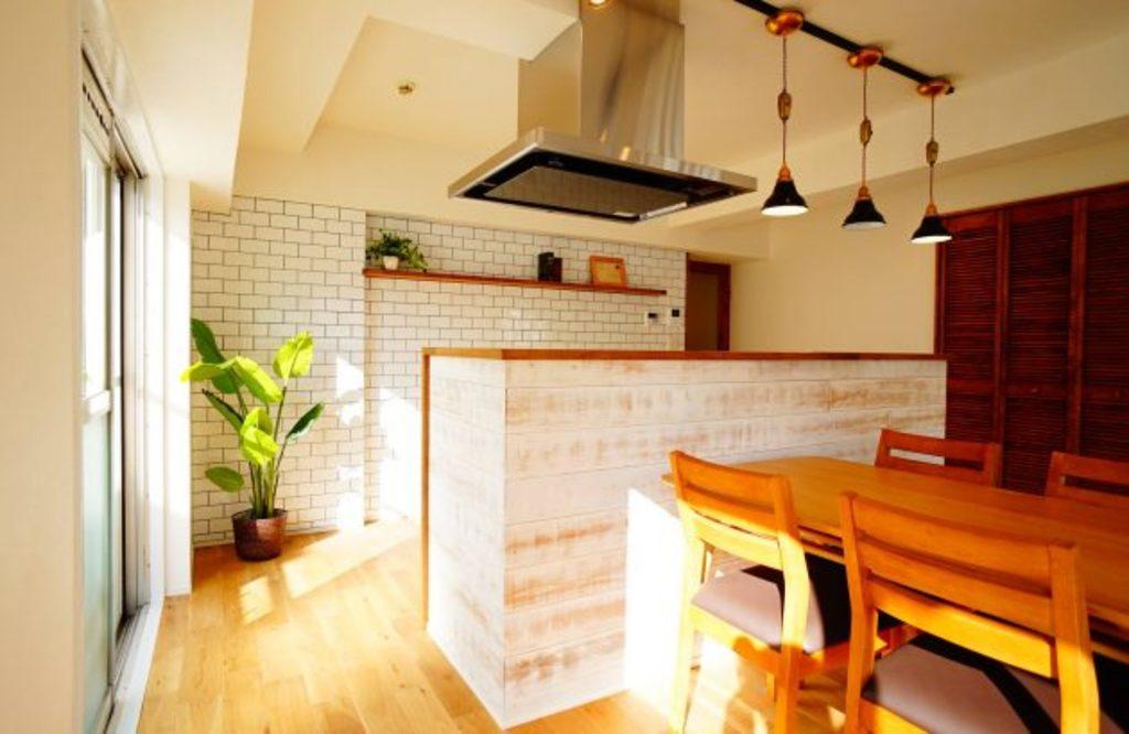キッチンには無垢のパネルやサブウェイタイルなど、パパのカッコ良い姿を演出しています。