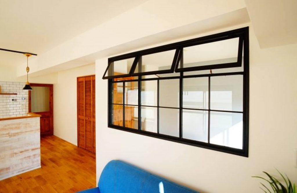 リビングと洋室の壁には、アイアンの室内窓。このまま「見える」状態でも使えますし、ブラインドなどで「見えなく」することも出来ます。