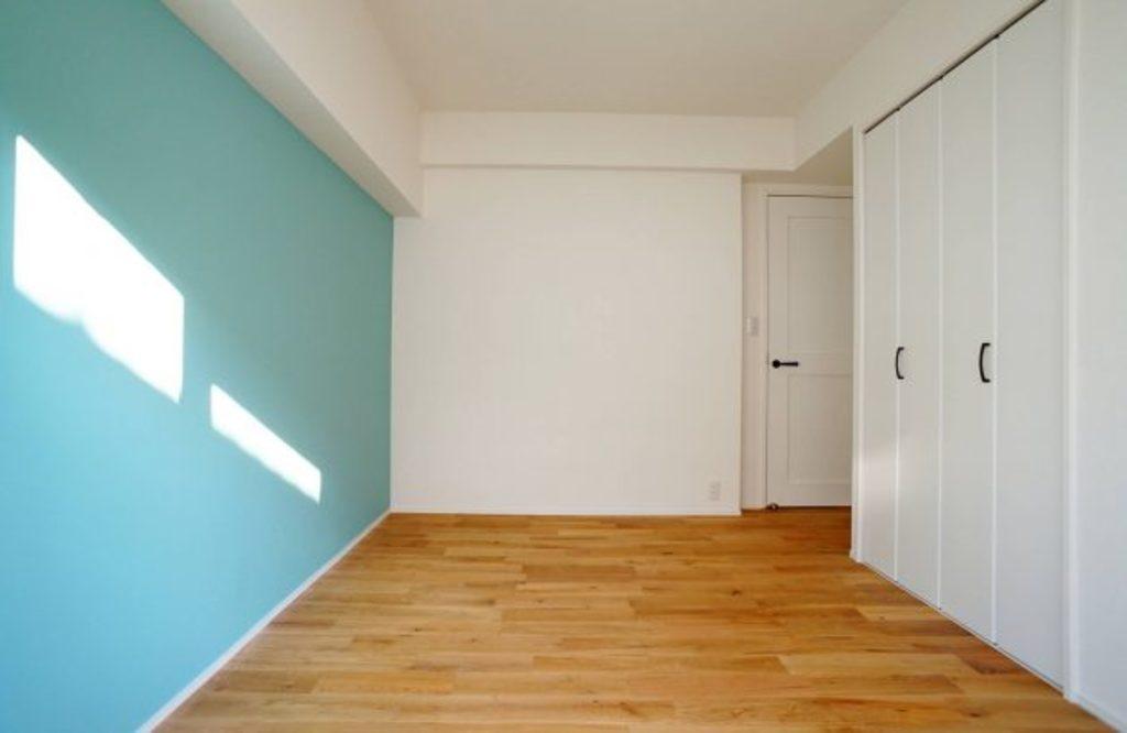 洋室にはビーチにぴったりのブルーの壁紙です。