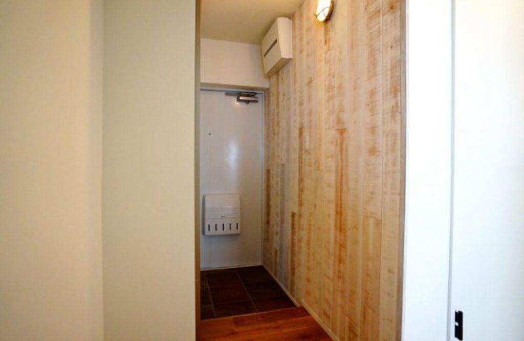 玄関にも無垢のパネルを施工し、入口から印象的な空間に。