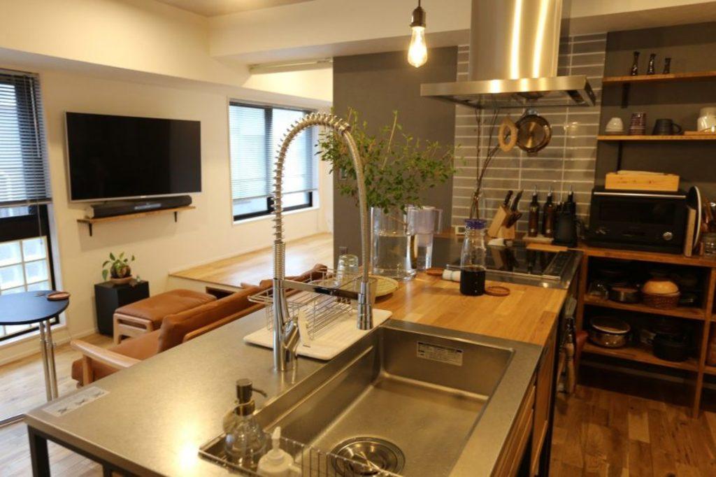 お部屋のセンターに配置した存在感あるキッチン。 料理付きな方なら誰もが嬉しい広々としたキッチンは無垢の木材とステンレスを融合させてオシャレに仕上げました。