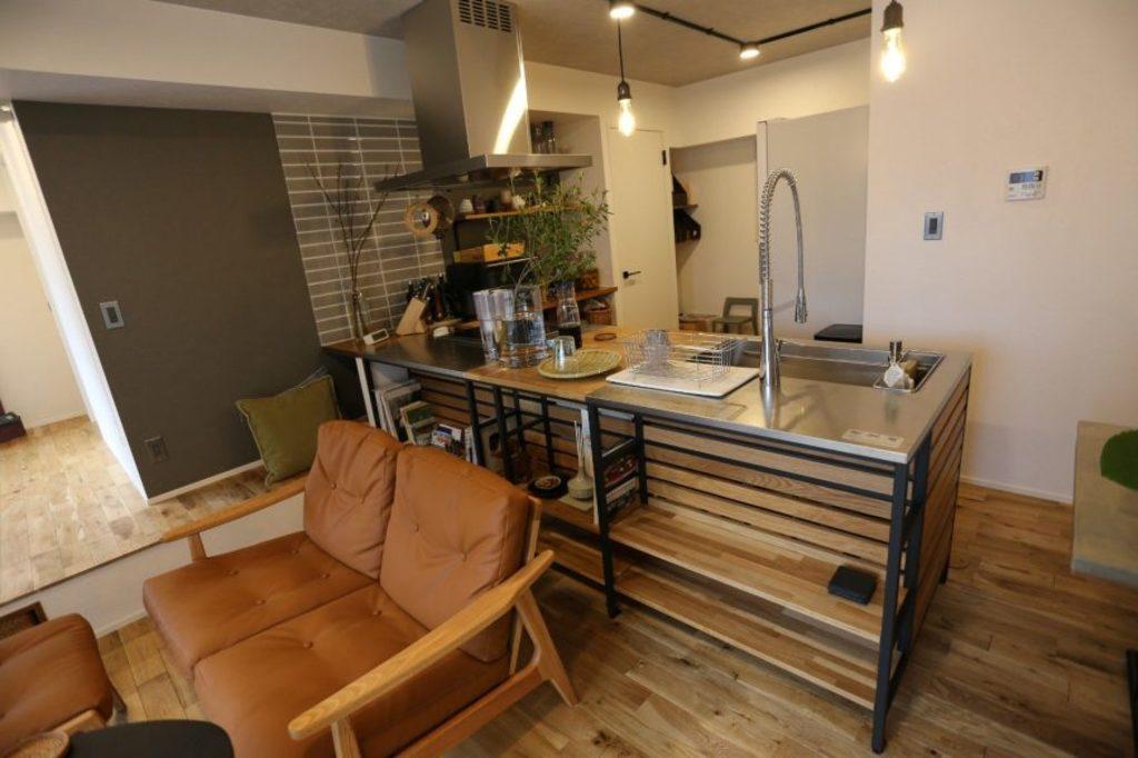 キッチンの反対は収納となっており、本なども収納できるリビングの一部として空間を有効活用しています。 床面はナチュラルなウッド調の床材を使い、オーガニックな雰囲気を演出しています。