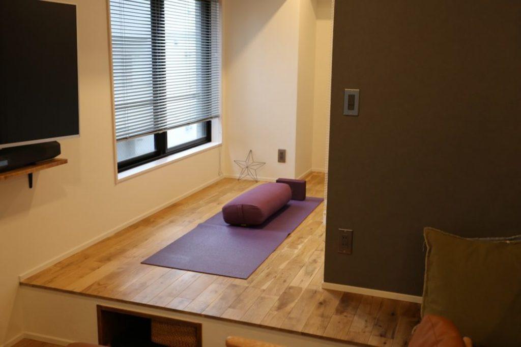 リビングの奥には小上がりになっているスペースを施工しました。 壁で仕切らず、床の高さで空間を分けることで、開放的な空間作りができました。