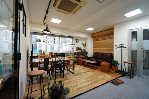 横浜駅徒歩5分の立地にショールームがございます!不動産会社とは似つかない空間でお客様をおもてなしいたします。