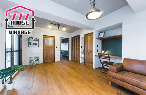 """ビンテージ調の風合いを持つフローリングは、まるでアパレルショップのような雰囲気を演出しています。配置する家具やお気に入りの雑貨たちが加わることで、自分だけの""""こだわり空間""""を生み出してくれるでしょう。"""