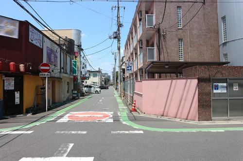 ちょうちんが見えましたら右手を見て頂くとこのような景色となります。 奥にお進み頂き、右手に緑色の看板に富士エステートの文字が見えます。
