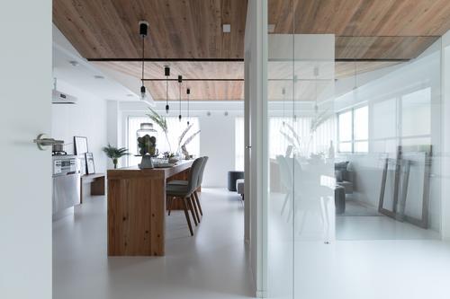 リビング ダイニング 天井 無垢 ガラス 木製カウンター お部屋 統一感 天井 マンション 梁 空間 やわらか 表情